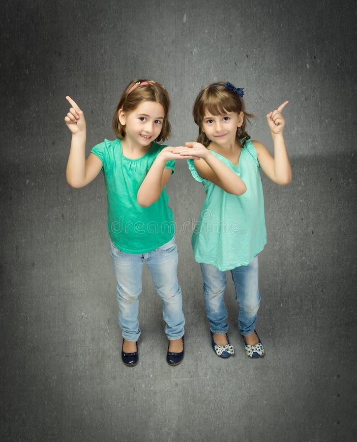Kinderen met vinger worden vermeld die stock foto's