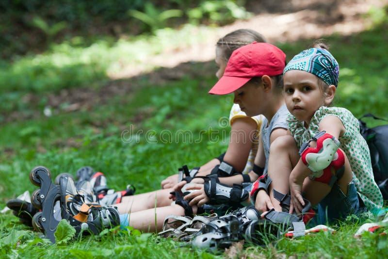 Download Kinderen Na Rol Het Schaatsen Stock Foto - Afbeelding bestaande uit wijfje, leisure: 39113390