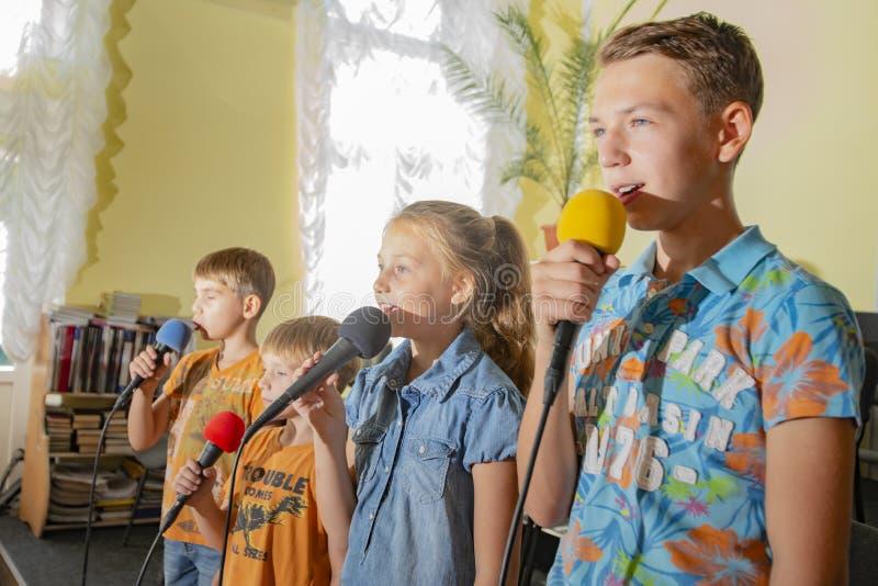 Kinderen nemen deel met een microfoon, recite gedichten, recitatie, zingen van liedjes royalty-vrije stock foto