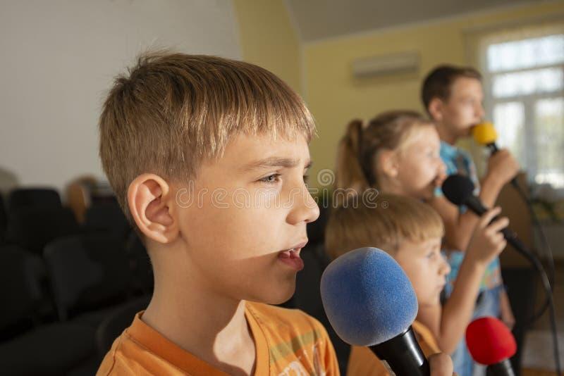 Kinderen nemen deel met een microfoon, recite gedichten, recitatie, zingen van liedjes royalty-vrije stock afbeelding