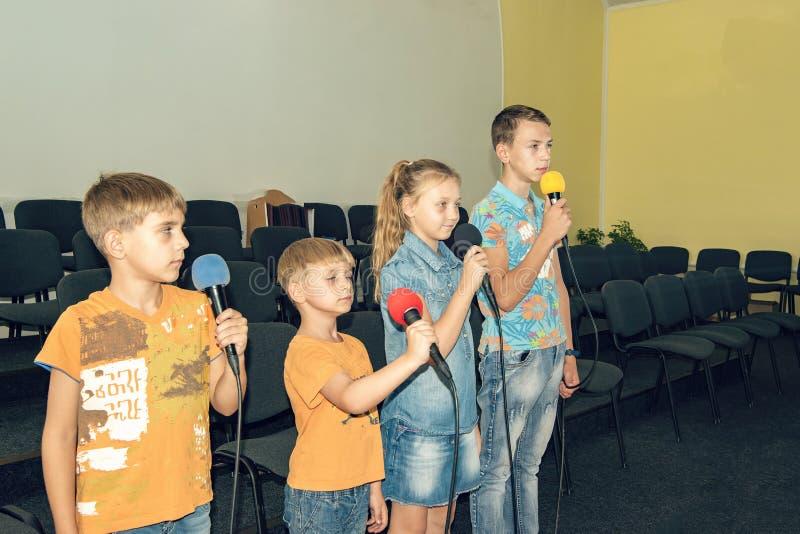 Kinderen nemen deel met een microfoon, recite gedichten, recitatie, zingen van liedjes royalty-vrije stock afbeeldingen