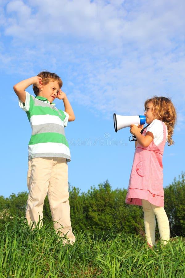 Kinderen op aard en spel met luidspreker royalty-vrije stock foto's