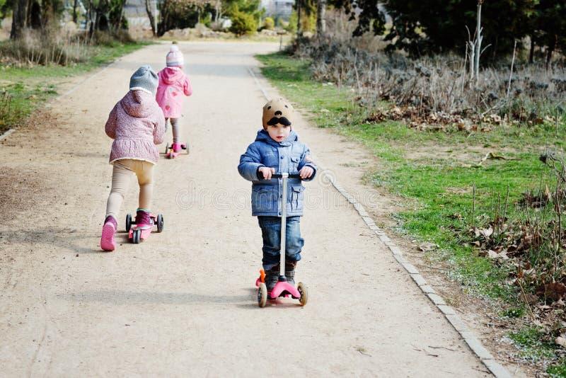 Kinderen op autopedden stock afbeeldingen