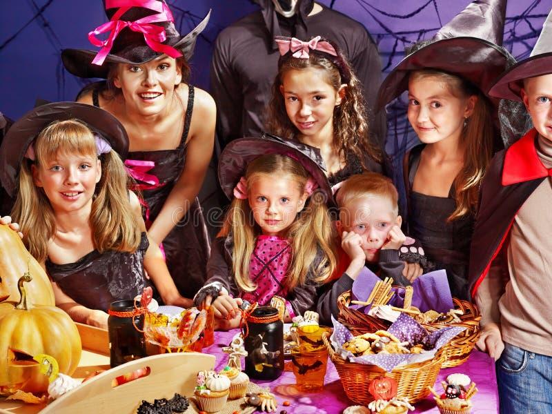 Kinderen op de partij die van Halloween pompoen maakt royalty-vrije stock afbeelding