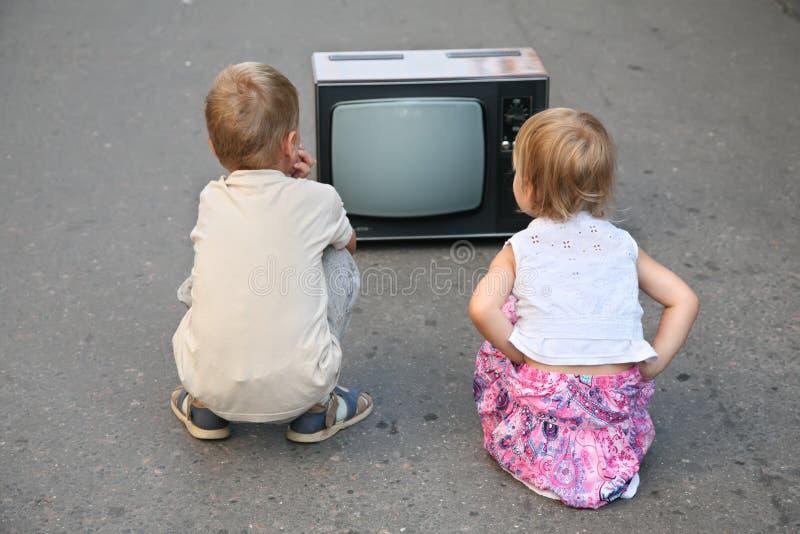 Kinderen op de weg royalty-vrije stock foto's