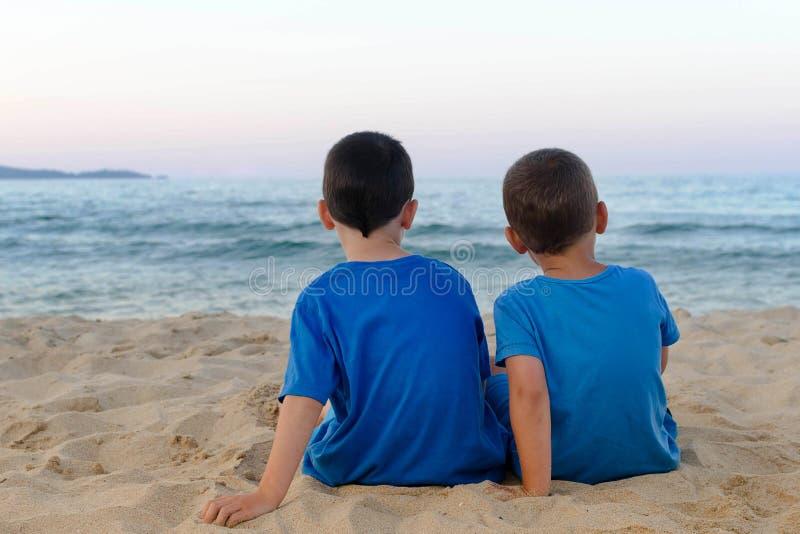Kinderen op een strand royalty-vrije stock foto's