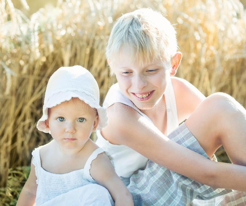 Kinderen op een tarwegebied royalty-vrije stock afbeeldingen