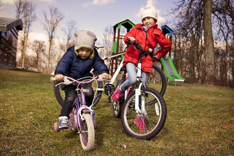 Kinderen op fietsen in de herfst royalty-vrije stock afbeeldingen