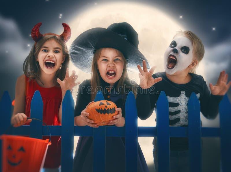 Kinderen op Halloween stock afbeeldingen