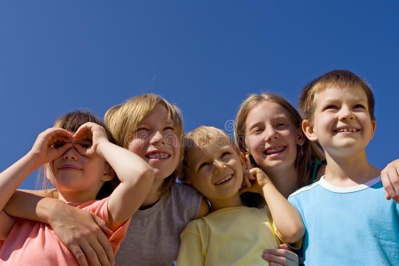 Kinderen op hemel stock afbeelding