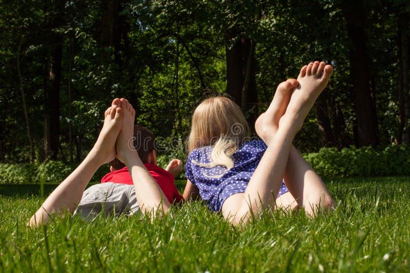 Kinderen op het gras royalty-vrije stock afbeeldingen