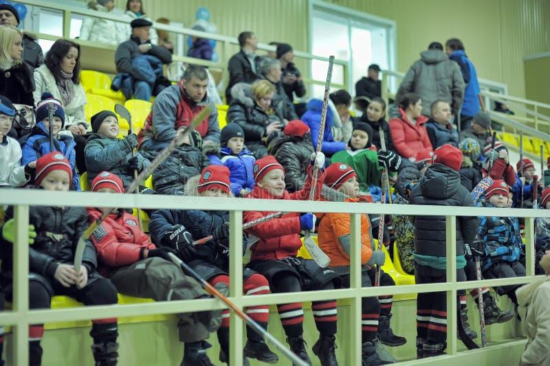 Kinderen op het platform die op de concurrentie op hockey letten royalty-vrije stock afbeeldingen