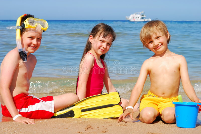 Kinderen op het strand stock fotografie