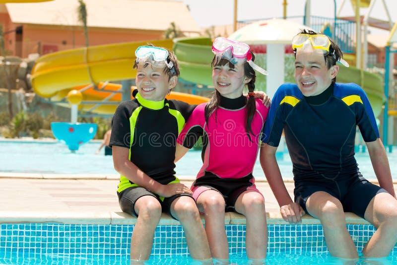 Kinderen op rand van pool royalty-vrije stock afbeeldingen