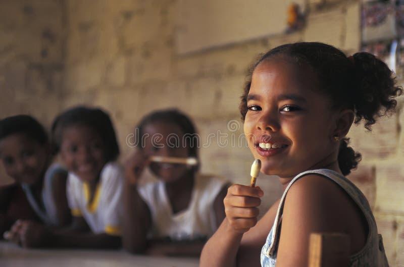 Kinderen op school in Braziliaanse favela stock foto's