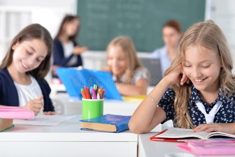 Kinderen op school in lessen stock foto