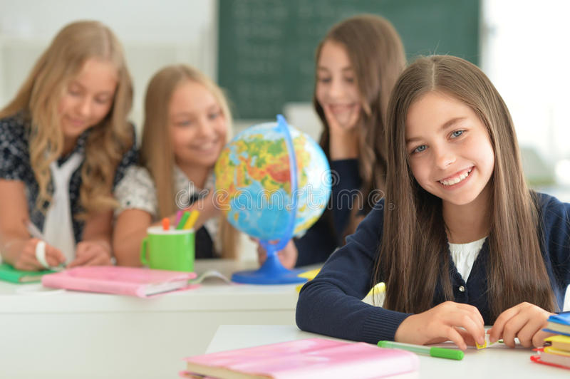 Kinderen op school in lessen stock foto's