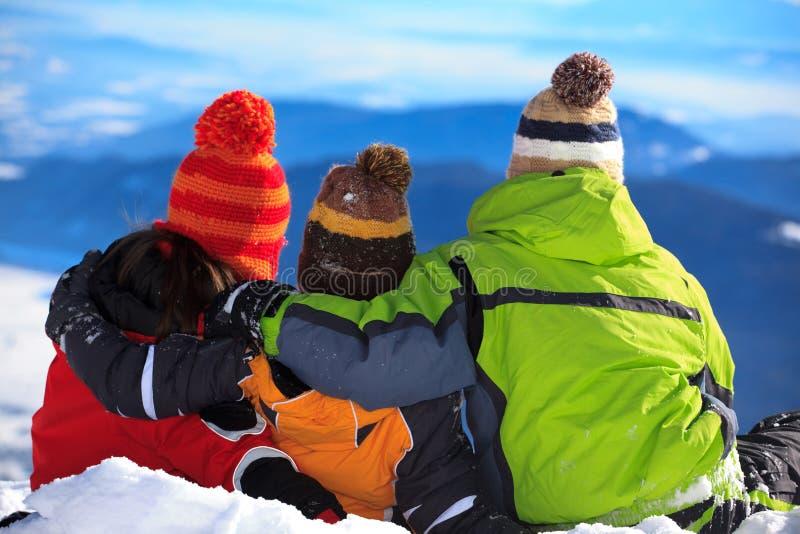Kinderen op sneeuwberg stock foto's