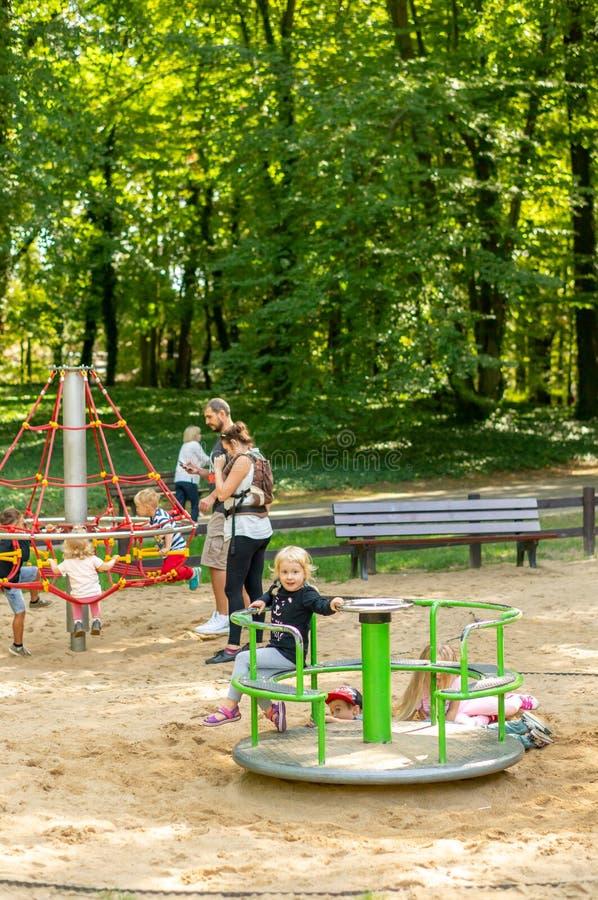 Kinderen op speelplaats royalty-vrije stock afbeeldingen