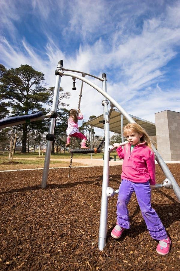 Kinderen op speelplaatsapparatuur royalty-vrije stock foto