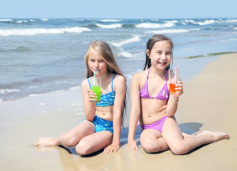 Kinderen op strand stock afbeeldingen