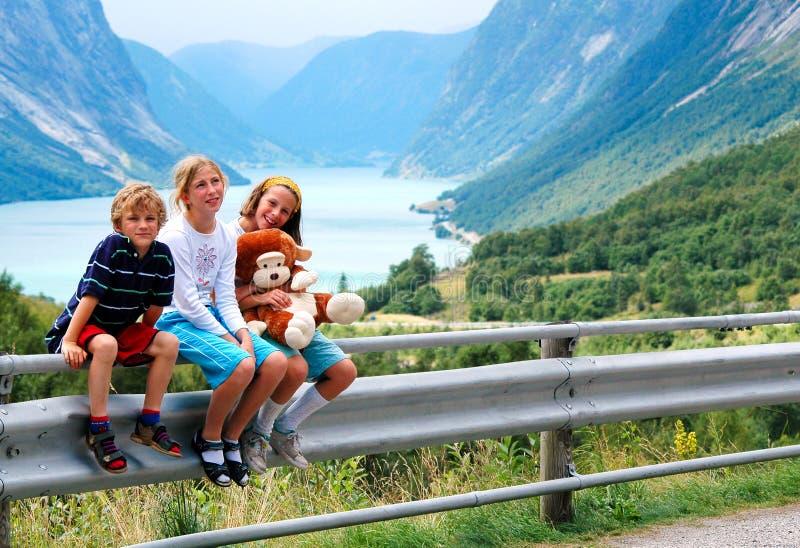 Kinderen op vakantie in Noorwegen stock foto