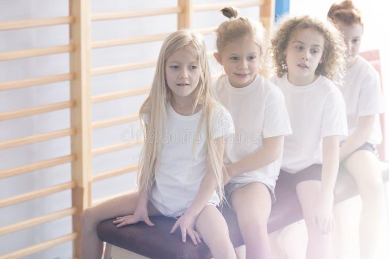 Kinderen op vaulting doosclose-up stock foto