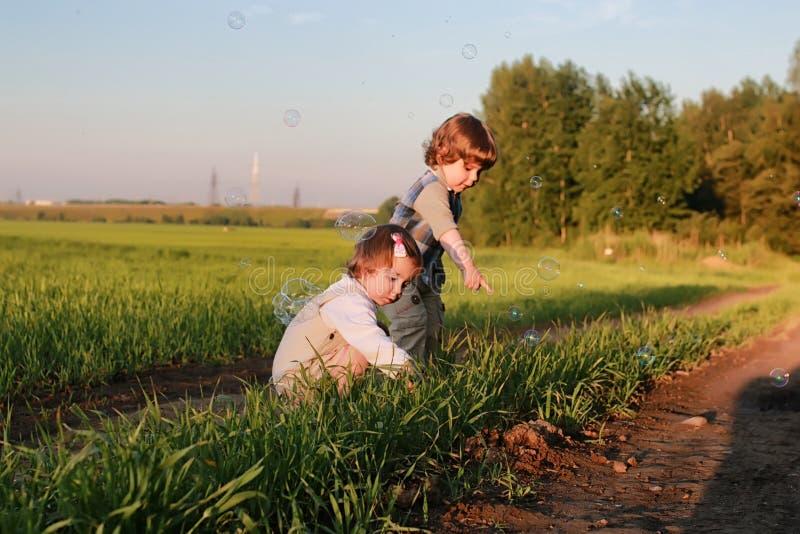 Download Kinderen In Openlucht Op Aard Stock Foto - Afbeelding bestaande uit aarde, milieu: 107708346