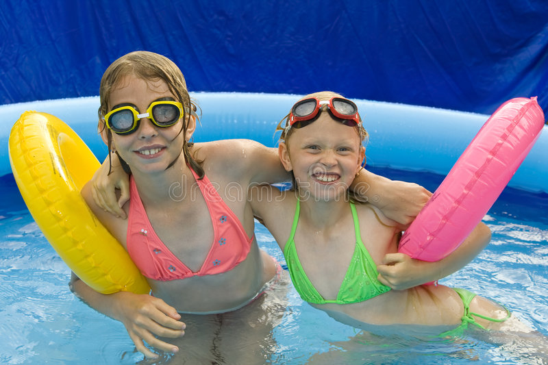Kinderen in paddelende pool stock fotografie