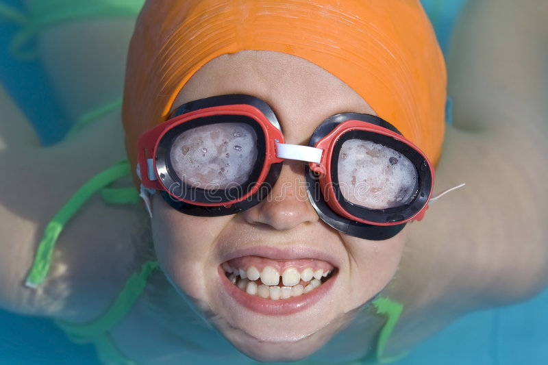 Kinderen in paddelende pool stock afbeelding