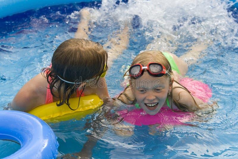 Kinderen in paddelende pool royalty-vrije stock afbeelding