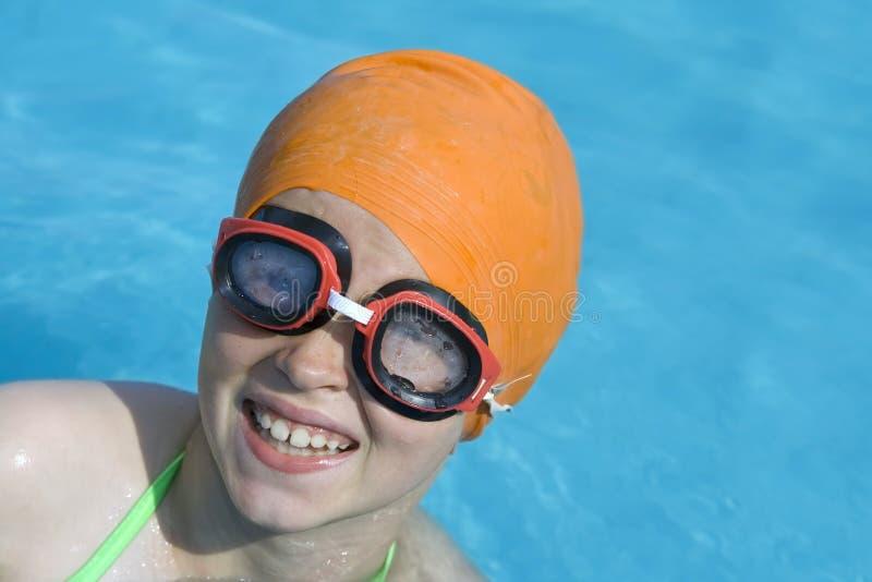 Kinderen in paddelende pool stock foto