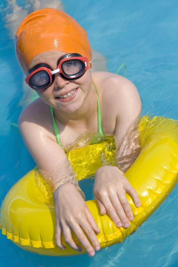 Kinderen in paddelende pool royalty-vrije stock afbeeldingen