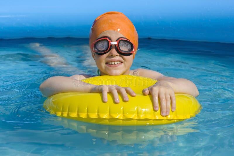 Kinderen in paddelende pool royalty-vrije stock foto