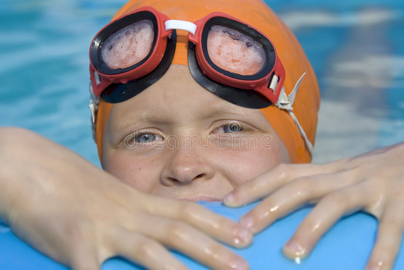 Kinderen in paddelende pool stock foto's