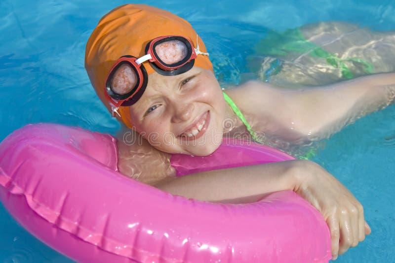 Kinderen in paddelende pool stock afbeeldingen