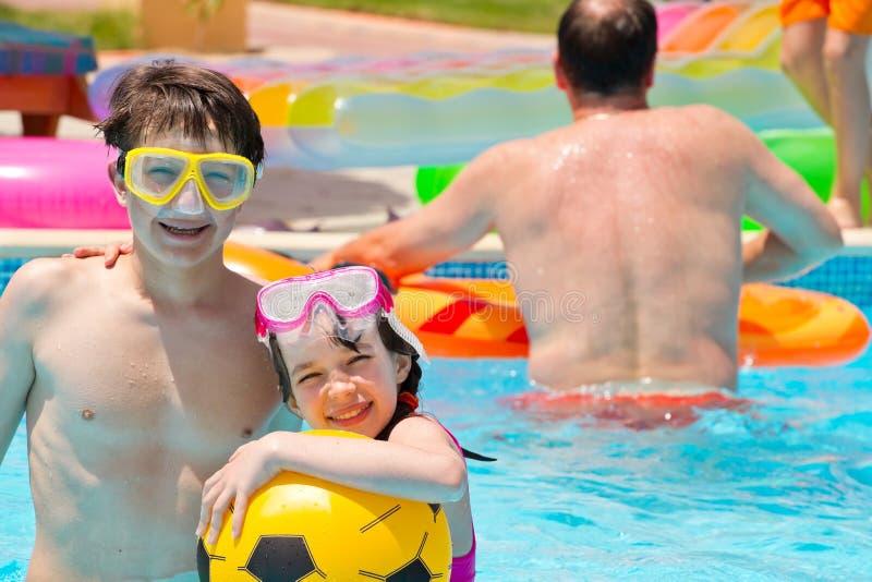 Kinderen in pool royalty-vrije stock afbeeldingen
