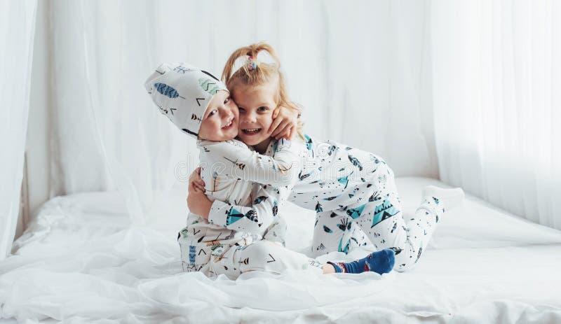 Kinderen in pyjama's stock afbeelding