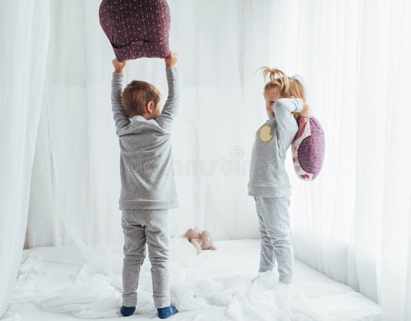 Kinderen in pyjama's stock foto