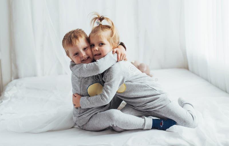 Kinderen in pyjama's royalty-vrije stock afbeelding