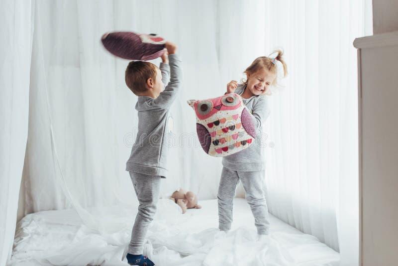 Kinderen in pyjama's stock fotografie