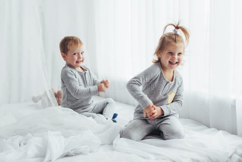 Kinderen in pyjama's royalty-vrije stock afbeeldingen