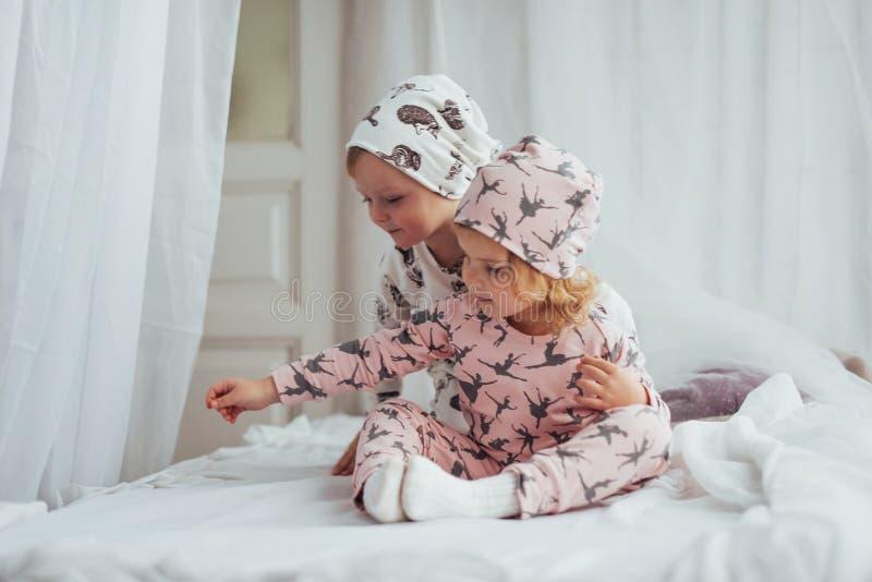 Kinderen in pyjama's stock foto's