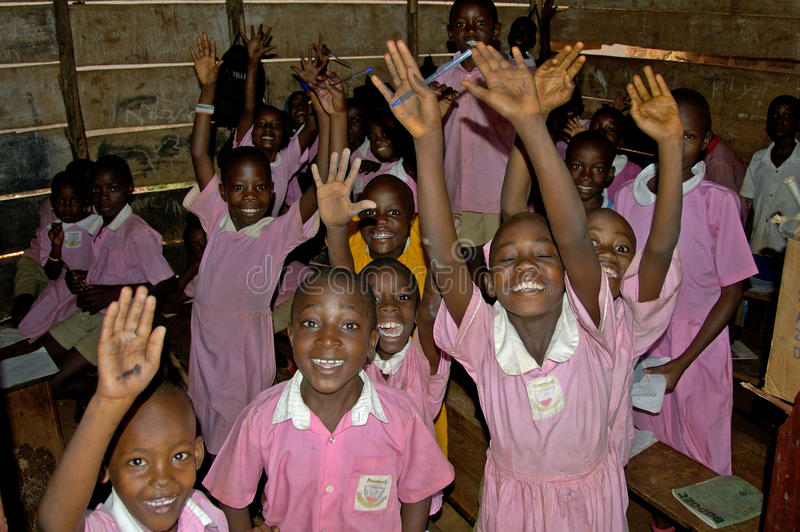 Kinderen in roze school eenvormig op hun school, Oeganda royalty-vrije stock foto