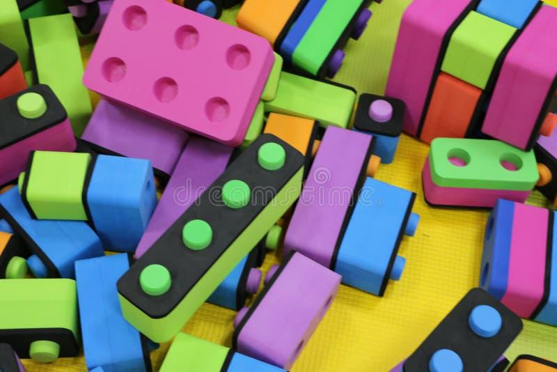 Kinderen` s aannemer Grote stapel plastic stuk speelgoed blokken Achtergrond van heldere plastic grote bouwstenen Zo veelkleurige royalty-vrije stock foto