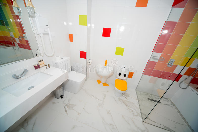 Kinderen` s badkamers in de flat van een vijfsterrenhotel, Kranevo in Bulgarije stock fotografie