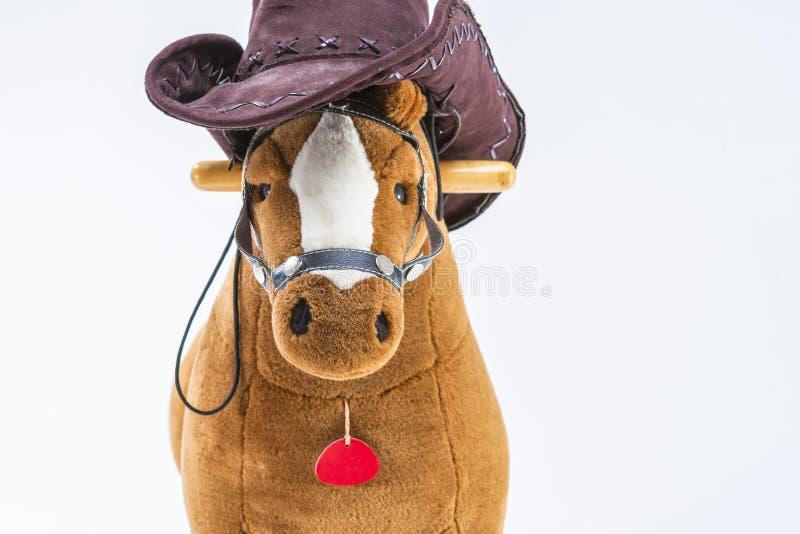 Kinderen` s Bruine Pluche Toy Horse With Natural Cowboy Stetson pl stock fotografie
