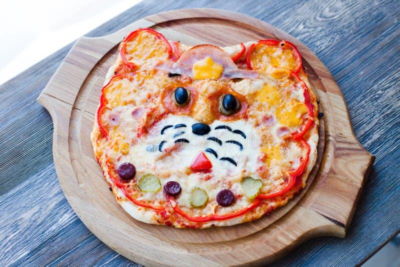 Kinderen` s grappige pizza in de vorm van een katten` s gezicht - Italiaanse keuken, kinderen` s menu stock foto