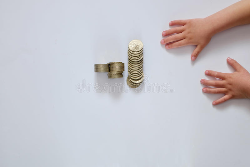Kinderen` s handen en geld op een witte achtergrond royalty-vrije stock foto