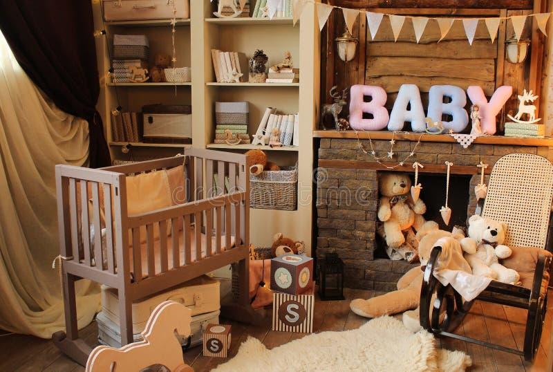 Kinderen` s ruimte met speelgoed en een bed open haard, boekenkast stock afbeeldingen